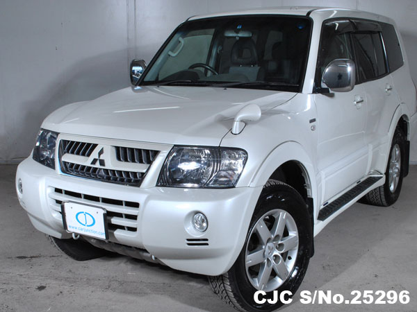Front view of Japanese used Mitsubishi Pajero