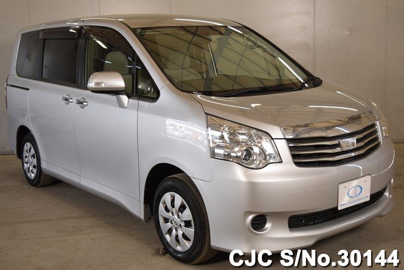 Toyota / Noah 2013 2.0 Petrol